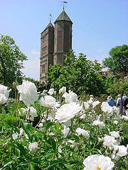 Sissinghurst_with_white_roses.jpg