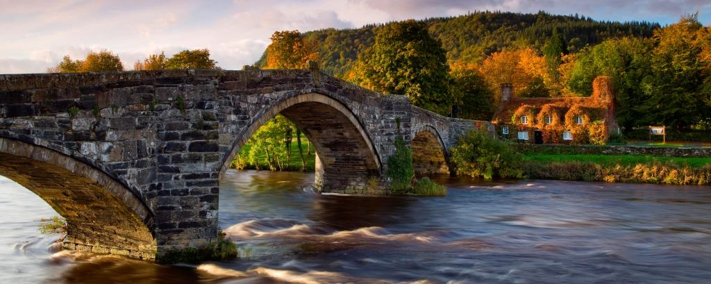 Tu Hwnt i'r Bont and Pont Fawr Bridge, Wales